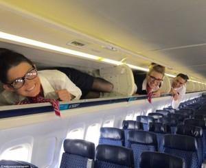 Aksi Gila-Gila Kru Kabin Dalam Kapal Terbang