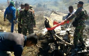Pesawat Pengangkutan Tentera Indonesia Terhempas di Pergunungan